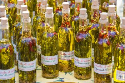 Ölflaschen auf einem Wochenmarkt