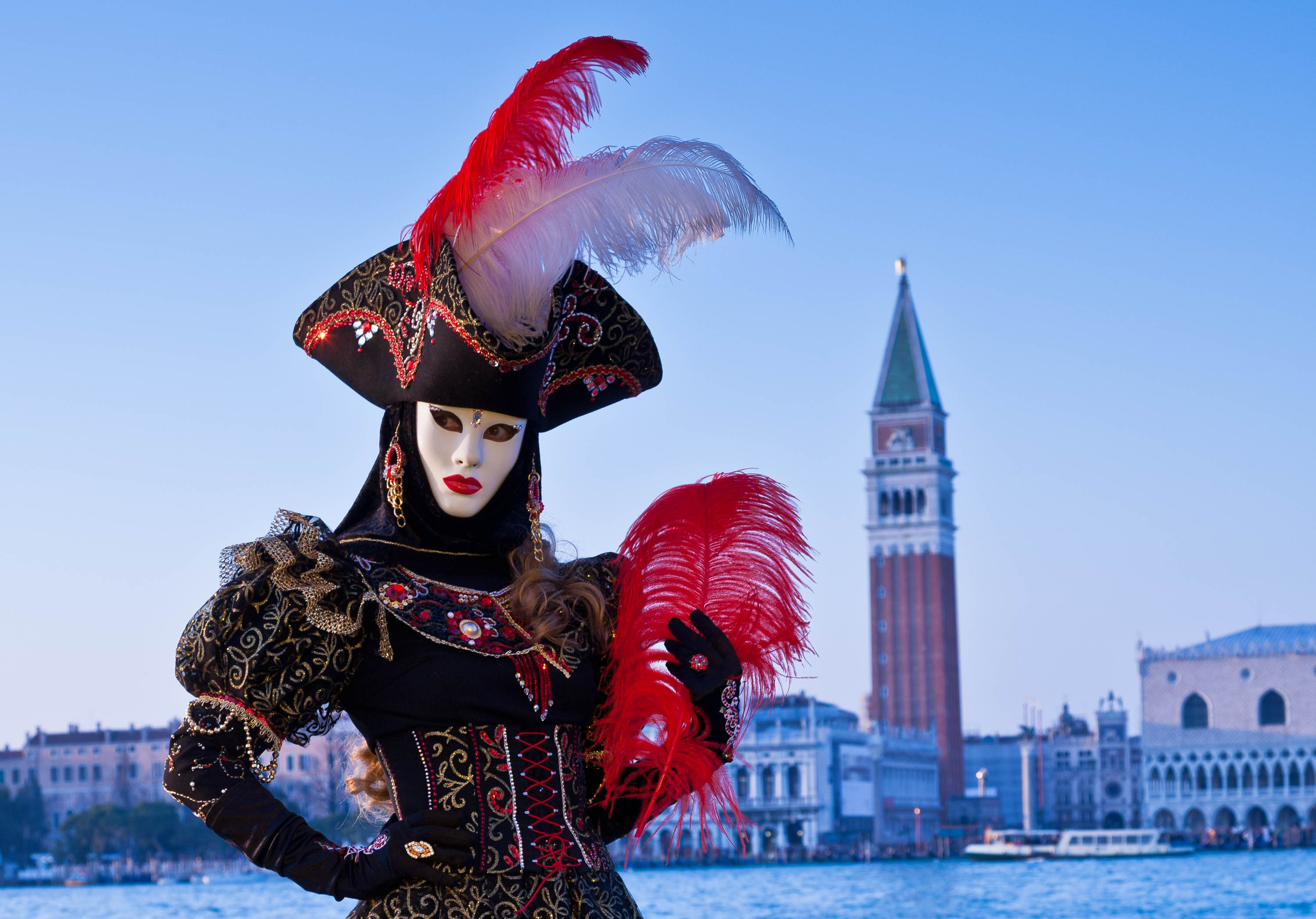 Maskierte Person beim Karneval in Venedig