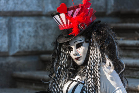 Kostümierte Person beim Karneval in Venedig