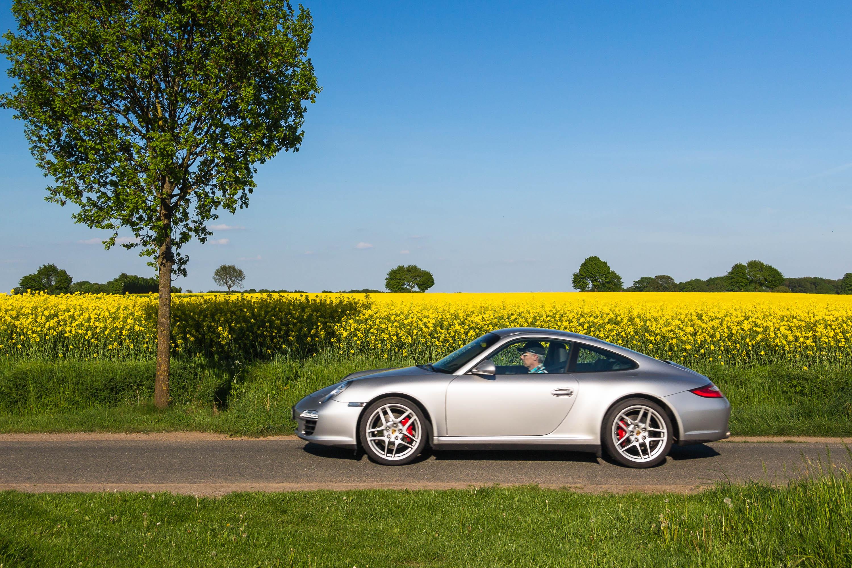Silberner Porsche und Rapsfeld
